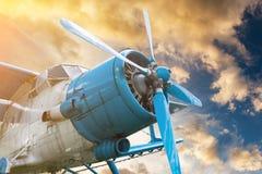 Samolot z śmigłem na zmierzchu nieba tle Obraz Royalty Free