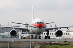 Samolot z holownik ciężarówką zdjęcia stock