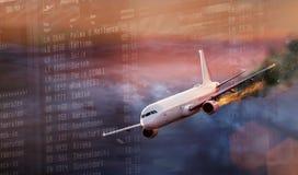 Samolot z silnikiem na ogieniu, pojęcie powietrzna katastrofa fotografia stock
