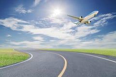 Samolot zdejmował z drogi krzywą i pięknym zielonej trawy błękitem Obrazy Royalty Free