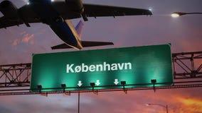 Samolot Zdejmuje Kopenhaga podczas cudownego wschód słońca danish ilustracja wektor