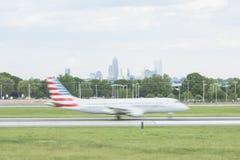 Samolot ziemie na pasie startowym przy Charlotte lotniskiem Obraz Royalty Free