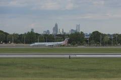 Samolot ziemie na pasie startowym przy Charlotte lotniskiem Obrazy Royalty Free