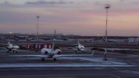 Samolot ziemie przy lotniskiem Ogromna liczba aircraf w przedpolu i tle zdjęcie wideo