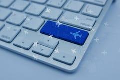 Samolotowa ikona na nowożytnym komputerowej klawiatury guziku z światową mapą Obraz Royalty Free
