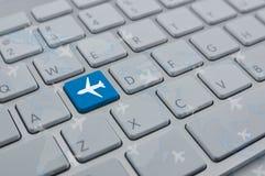 Samolotowa ikona na nowożytnym komputerowej klawiatury guziku z światową mapą Fotografia Stock
