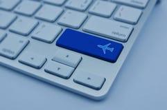 Samolotowa ikona na nowożytnym komputerowej klawiatury guziku, samolotu trans Zdjęcie Stock