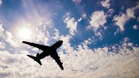 Samolotowa komarnica słonecznego dnia niebieskim niebem zbiory wideo