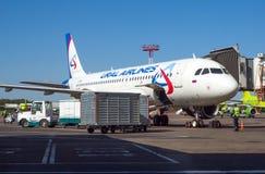 Samolotowa linia lotnicza Ural Airlines przygotowywający latać przy Domodedovo lotniskiem Obraz Stock