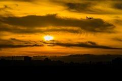 Samolotowa sylwetka na zmierzchu nieba tle Obraz Stock