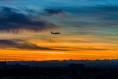 Samolotowa sylwetka na zmierzchu nieba tle Obraz Royalty Free