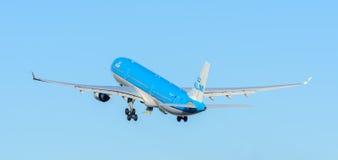 Samolotowe KLM Royal Dutch linie lotnicze PH-AKF Aerobus A330-300 biorą daleko przy Schiphol lotniskiem Zdjęcia Stock