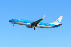 Samolotowe KLM Royal Dutch linie lotnicze PH-BXD Boeing 737-800 biorą daleko przy Schiphol lotniskiem Zdjęcia Royalty Free