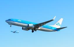 Samolotowe KLM Royal Dutch linie lotnicze PH-BXK Boeing 737-800 biorą daleko przy Schiphol lotniskiem Fotografia Royalty Free