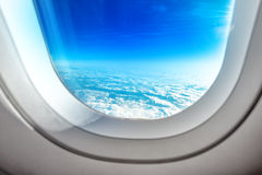 Samolotowe Porthole lata i okno chmury Fotografia Stock