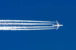 Samolotowego dużego cztery silników lotnictwa lotniskowy contrail chmurnieje fotografia royalty free