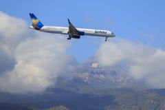 Samolotowy Boeing 757-330 kondora Thomas kucharza lądowanie w Tenerife aiport fotografia stock