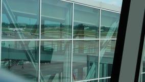Samolotowy chodzenie przez pas startowego po lądować, odbicie w śmiertelnie okno zbiory wideo