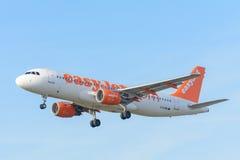 Samolotowy easyJet G-EZWB Aerobus A320-200 ląduje przy Schiphol lotniskiem Fotografia Stock