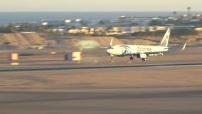 Samolotowy lądowanie przeciw tłu piękny morze 17 03 2018 sharm-el-sheikh, Egipt zdjęcie wideo