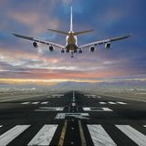 Samolotowy l?dowanie przy lotniskiem fotografia stock