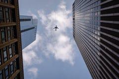 Samolotowy latający koszt stały w w centrum Chicago po środku dwa budynków Fotografia Royalty Free