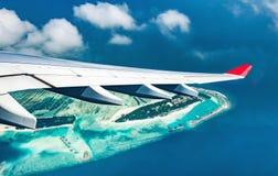 Samolotowy latanie nad błękitnym morza i wyspy pięknym widokiem od wygrany Obrazy Royalty Free