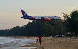 Samolotowy latanie nad piasek pla?? zdjęcie stock