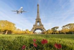 Samolotowy latanie nad wieżą eifla, Paryż, Francja obrazy royalty free