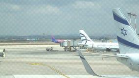 Samolotowy narządzanie zdejmował przy lotniskiem Wizzair i EL AL samoloty 15 04 2018 Tel Aviv zbiory wideo