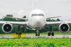 Samolotowy nosa kokpitu widoku samolot taxiing przy lotniskiem Zdjęcia Royalty Free