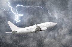 Samolotowy podejście przy lotniskowym lądowaniem w złej pogody burzy huraganu podeszczowym llightning strajku zdjęcia stock