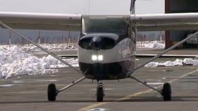 Samolotowy poruszający na pasie startowym zdjęcie wideo