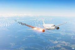 Samolotowy przeciwawaryjny lot z pożarniczym silnikiem, redukcyjny spadku spadek Lotniczy trzaska dochodzenia pojęcie obraz stock