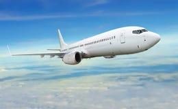 Samolotowy widoczny latanie pod błękitnym i chmurnym niebem Zdjęcie Stock