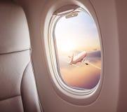 Samolotowy wnętrze z nadokiennym widokiem obraz stock