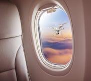 Samolotowy wnętrze z nadokiennym widokiem zdjęcia stock