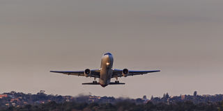 Samolotowy wydźwignięcie ziemi przodu zmierzch Zdjęcie Stock