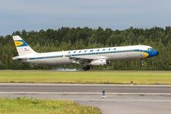 Samolotu Aerobus A321 specjalna retro liberia Lufthansa ląduje na pasie startowym przy lotniskowym Pulkovo Obrazy Stock