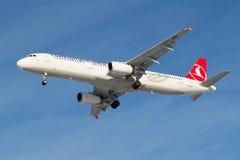 Samolotu Aerobus A321-231 TC-JMH Tureckie linie lotnicze przed lądować w Pulkovo lotnisku Obrazy Royalty Free