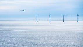 Samolotu, bridżowego i na morzu wiatrowy gospodarstwo rolne w ranku, Zdjęcia Royalty Free