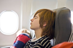 samolotu chłopiec dosypianie Zdjęcia Royalty Free