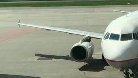 Samolotu dżetowy silnik w lotnisku zbiory wideo