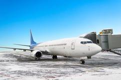 Samolotu fartuch przy lotniskiem pasażerów wsiadać fotografia stock
