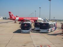 Samolotu i wahadłowa autobusu parking blisko pasa startowego w lotnisku zdjęcie royalty free
