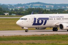Samolotu kreskowy udział taxiing na lotniskowym pasie startowym Obraz Stock