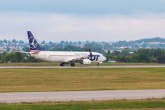 Samolotu kreskowy udział taxiing na lotniskowym pasie startowym Zdjęcia Stock