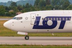 Samolotu kreskowy udział taxiing na lotniskowym pasie startowym Obrazy Royalty Free