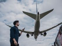 Samolotu lądowanie przy Songshan lotniskiem obrazy stock