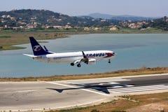 Samolotu lądowanie przy wakacyjnym miejscem przeznaczenia Obraz Stock